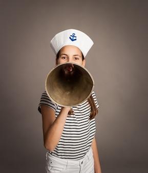 Petite marine criant avec un vieux mégaphone sur fond gris