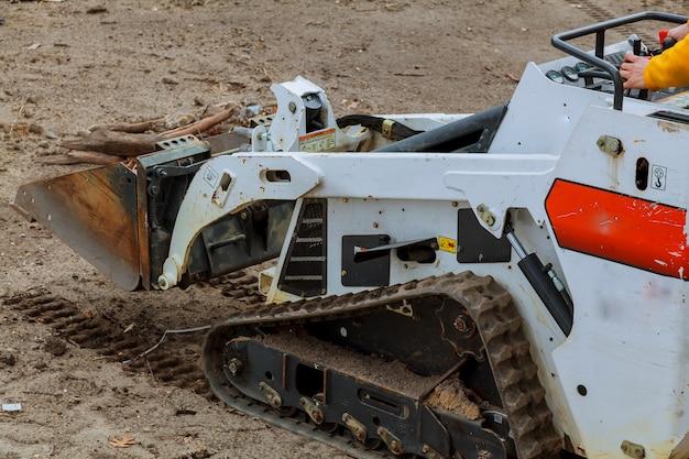 Petite pelle bobcat sur un chantier de construction chargeuse sur pneus sur un chantier de construction