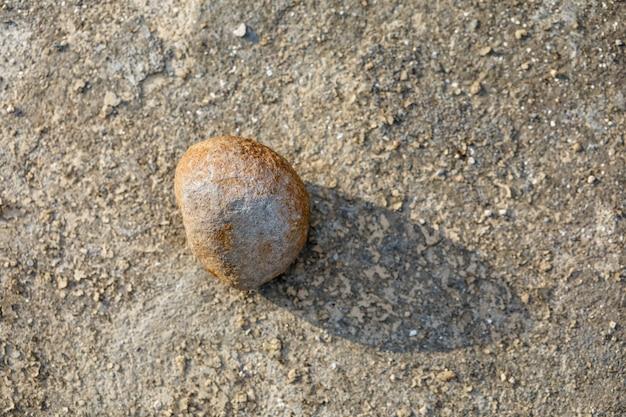 Petite pierre au bord de la route