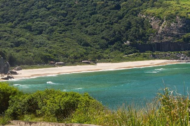 Petite plage du côté ouest de rio de janeiro au brésil.