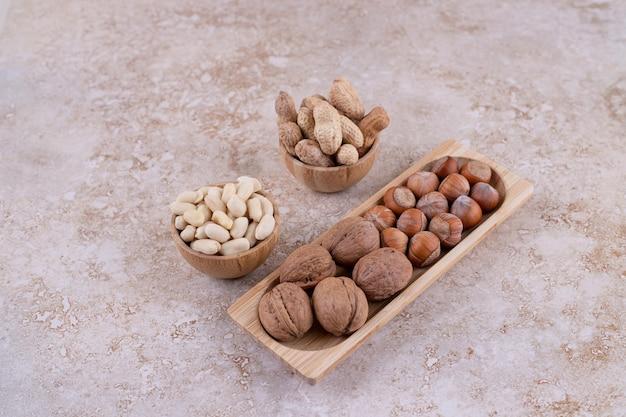 Une petite planche de bois pleine de noix saines.
