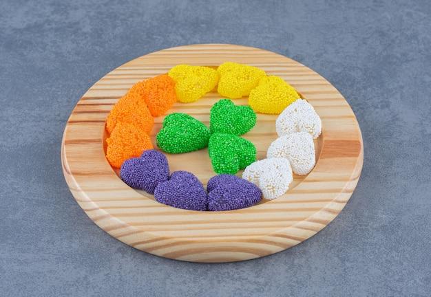 Une petite portion de biscuits, sur le fond de marbre.