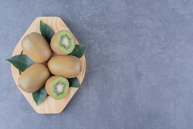 Une petite portion de kiwis sur une table en marbre.