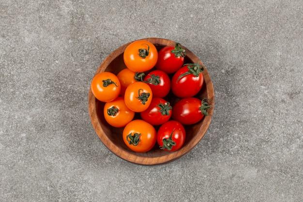 Une petite portion de tomates, sur le marbre.