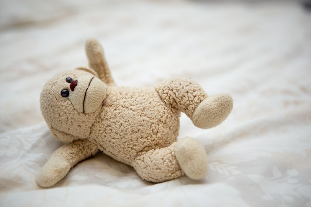 Petite poupée singe sur le lit