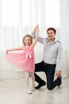 Petite princesse dansant avec père