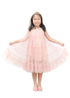 Petite princesse sourire en robe rose isolé