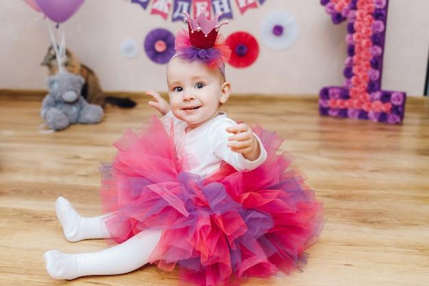Petite princesse en tutu et couronne à la main