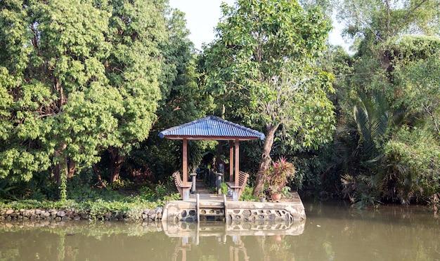 Une petite rive et un abri au bord de la rivière