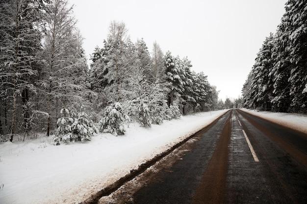 Une petite route de campagne en hiver