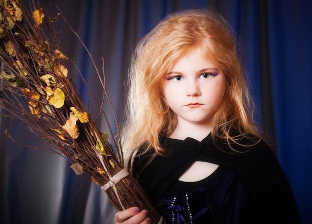 Petite sorcière avec balai