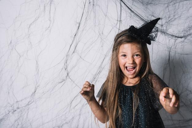 Petite sorcière derrière le web noir