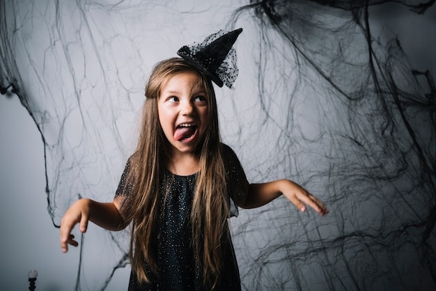 Petite sorcière grimaçant et regardant ailleurs