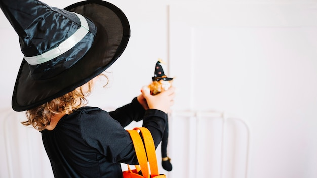 Petite sorcière avec sorcière de jouet