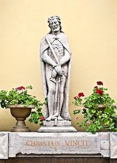 Petite statue en pierre de jesus christ avec ses mains attachées