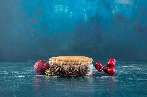 Petite tarte aux fruits savoureuse avec boules de noël et pommes de pin. photo de haute qualité