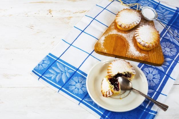 Petite tarte à dessert sur la plaque blanche