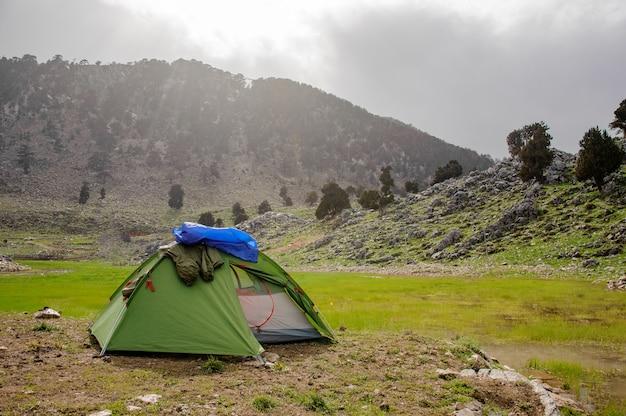 Petite tente devant les montagnes