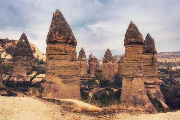 Petite vallée de l'amour près de la ville de göreme, cappadoce, turquie au printemps