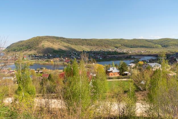 Petite ville de la rivière et des montagnes.