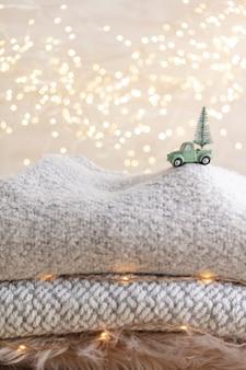 Petite voiture avec un arbre de noël, arrière-plan flou