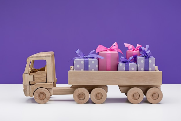 Petite voiture avec des cadeaux dans des boîtes
