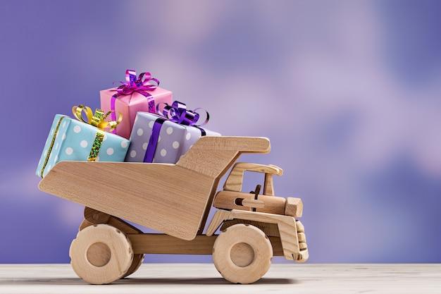Petite voiture avec coffrets cadeaux dans un emballage festif.