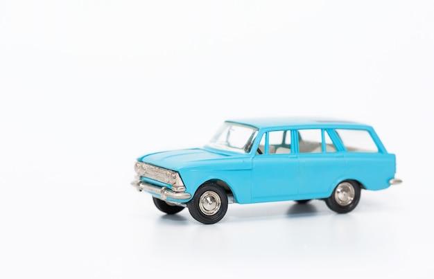Petite voiture copie miniature d'une voiture rétro