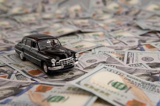 Petite voiture sur le fond des billets d'un dollar