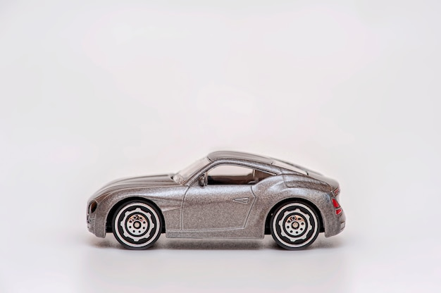 Petite voiture grise sur fond gris