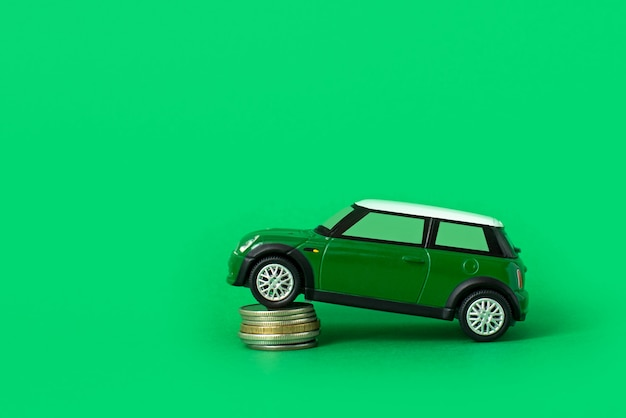 Petite voiture avec des pièces. dépenses et prêts pour l'entretien des transports. prix de l'essence, de la location de voiture et des réparations.