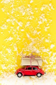 Petite voiture rouge avec un cadeau de noël