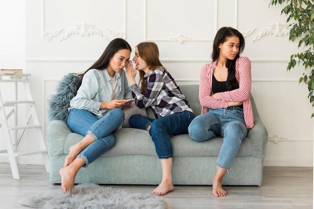 Petites amies bavarder à la maison