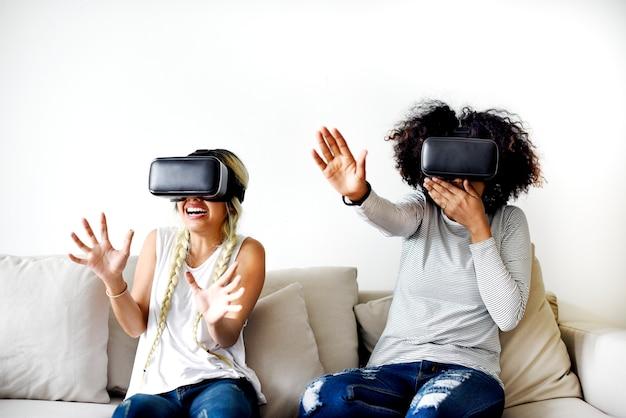 Petites amies essayant des casques de réalité virtuelle
