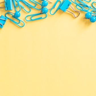 Petites attaches en papier turquoise