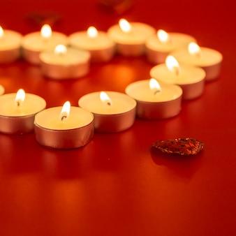 Petites bougies avec coeur sur table