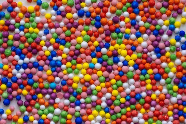 De petites boules de couleurs vives