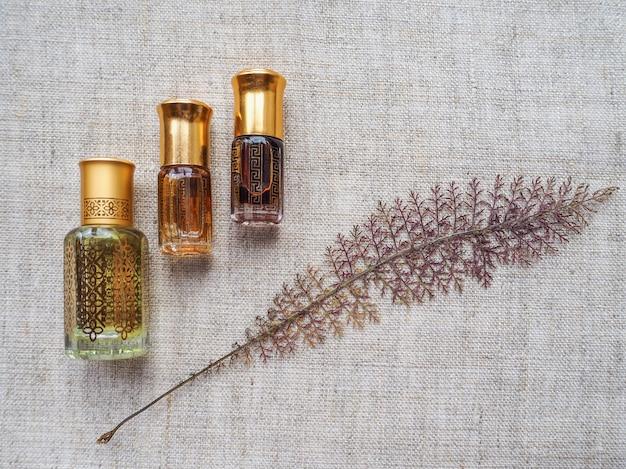 Petites bouteilles d'huile d'arbre d'agar avec des feuilles