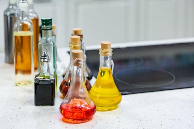 Petites bouteilles d'huile d'olive aromatisée et de vinaigre balsamique dans la cuisine espace de copie.