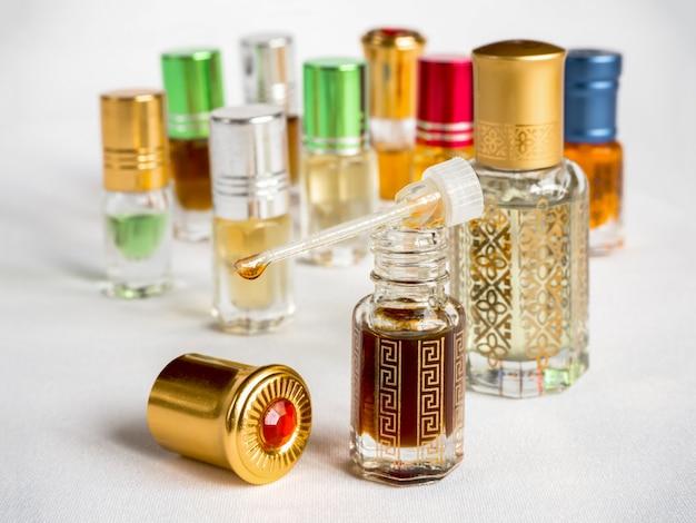 Petites bouteilles d'huile parfumée d'agarwood