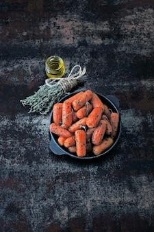 Petites carottes cuites dans une poêle. carottes au four. idée de déjeuner végétalien.