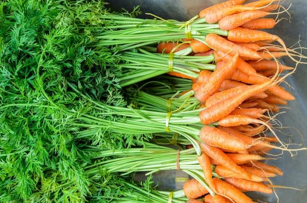 Petites carottes fraîches sur le bord d'une route, marché de producteurs en thaïlande