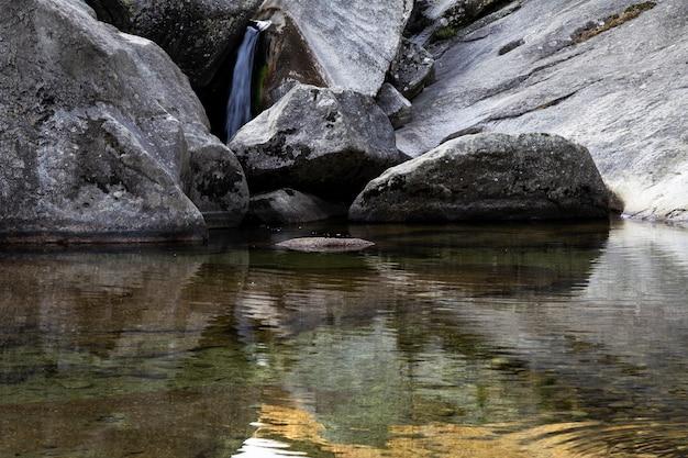 Petites cascades rapides créées par une rivière lors du passage entre des pierres
