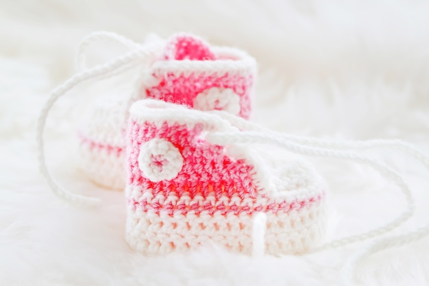 Petites chaussures de bébé. premières baskets tricotées à la main pour fille nouveau-née. chaussons au crochet