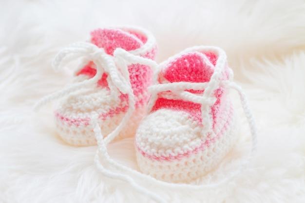 Petites chaussures de bébé. premières baskets tricotées à la main pour fille nouveau-née.