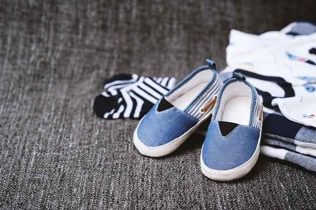 Petites chaussures pour bébé gros plan