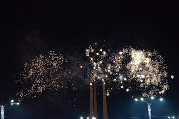Petites explosions de feux d'artifice en vacances dans la ville. pour n'importe quel but.