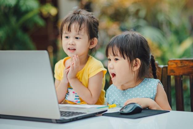 Petites filles à l'aide de l'ordinateur portable