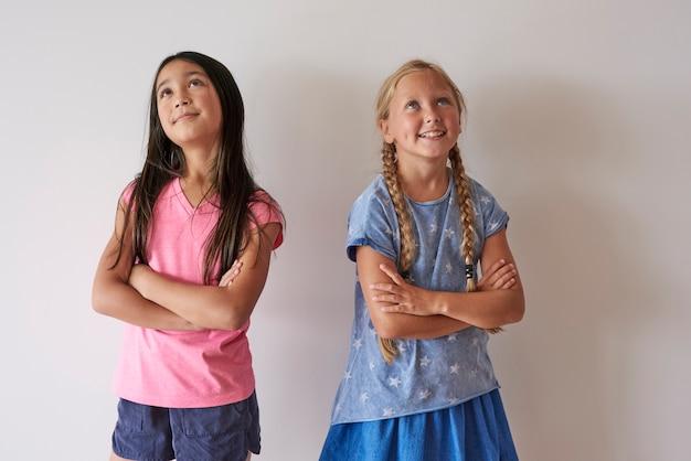 Petites filles avec les bras croisés