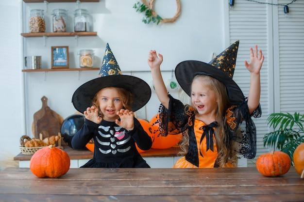 Petites filles en costumes pour halloween